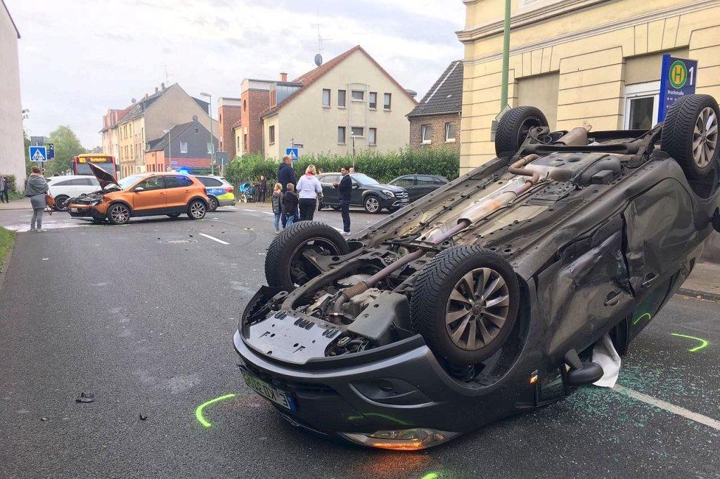 Kollision: Auto landet in Essen-Katernberg auf dem Dach | nrz.de | Essen