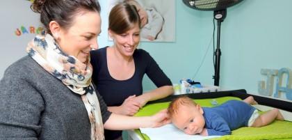 Hebamme Christine Blümke (l.) besucht Jaron (sechs Wochen) und seine Mutter Carina Schilling.