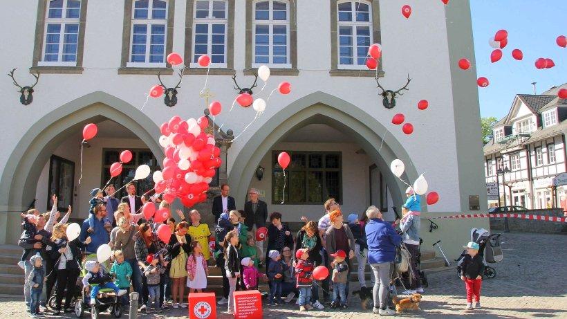 Briloner lassen 200 luftballons gegen kinderarmut steigen for Luftballons duisburg
