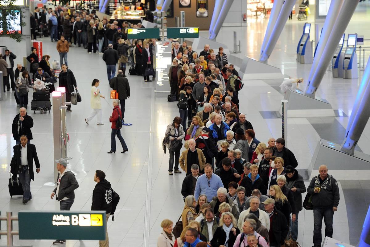 Wieder Lange Schlangen Am Flughafen Dusseldorf Befurchtet Nrz De