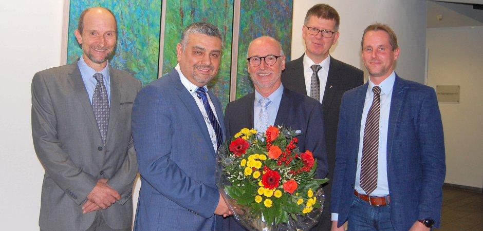 Blumen und viel Lob für den neuen Chefarzt (von links): Professor Volker Runde, Dr. Ufuk Gündug, Bernd Ebbers, Propst Johannes Mecking und Regionaldirektor Holger Hagemann.