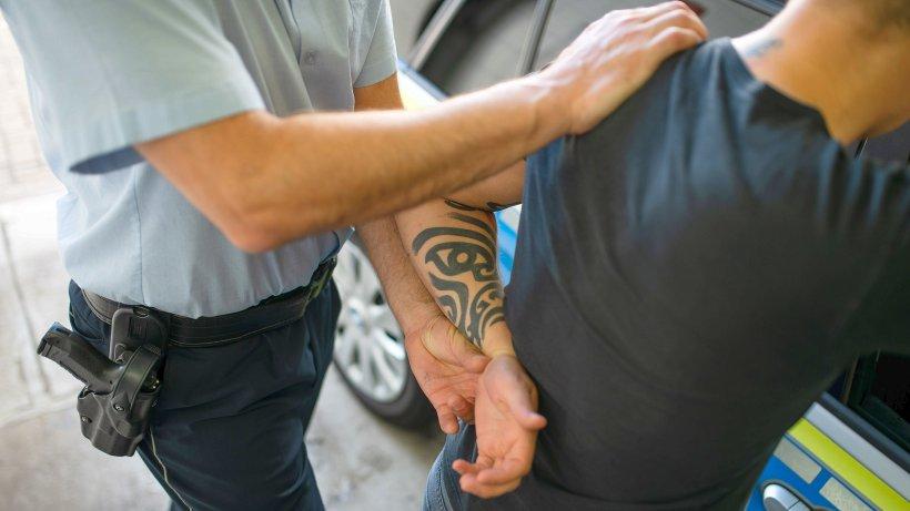 Schlägerei: Mann lebensbedrohlich verletzt: Polizei stellt Verdächtigen
