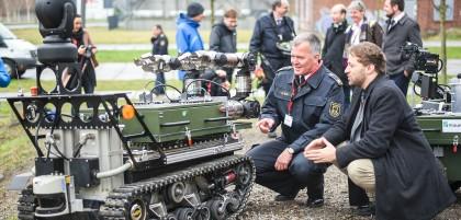 Branddirektor Hauke Speth (links) und Thomas Barz vom Fraunhofer Institut für Kommunikation begutachten einen Rettungsroboter.