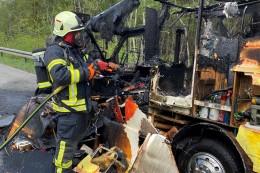 Wohnmobil brennt auf A3 bei Dinslaken komplett aus