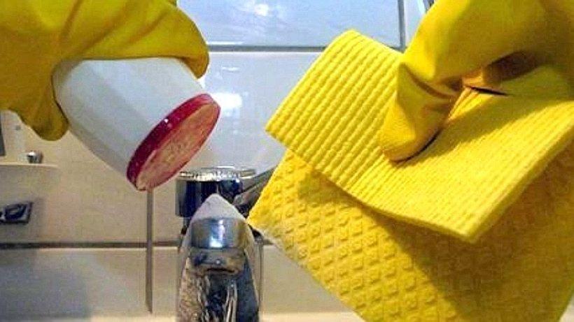 putzfrau bedient sich aus schmuckk stchen von senioren. Black Bedroom Furniture Sets. Home Design Ideas