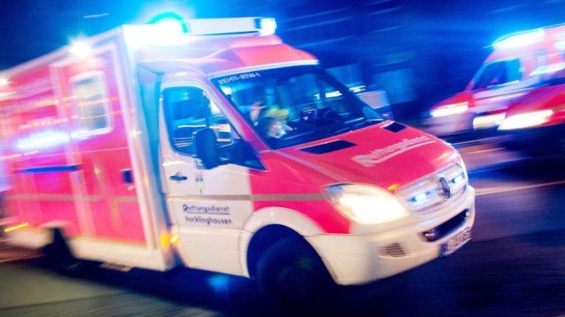 Polizei: Fahranfänger schleudert mit Auto gegen Laternenmast