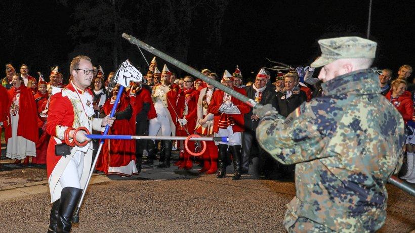 Karnevalisten erstürmen die Schill-Kaserne in Wesel - NRZ