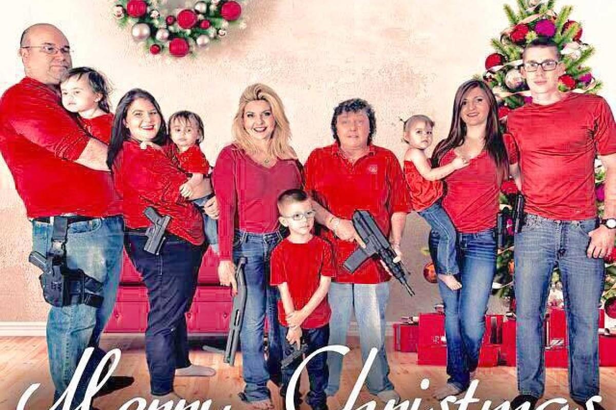 Amerikanische Weihnachtskarten.Amerikanische Familie Posiert Mit Waffen Für Weihnachtskarte Nrz