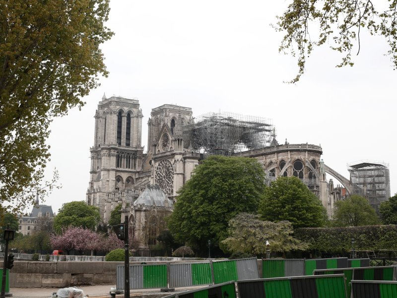 berühmte fluss in paris notre dame name