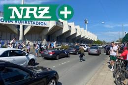 Hunderte Fußball-Fans des VfL Bochum feiern am Stadion
